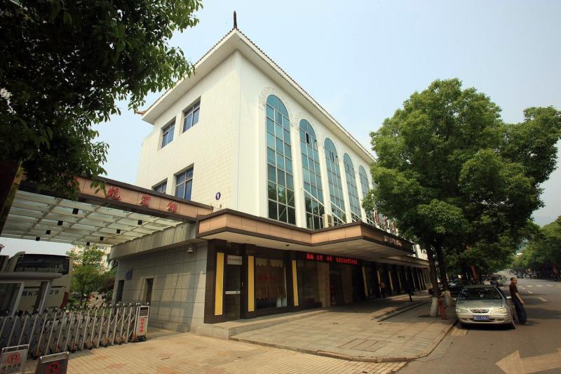衡阳南岳银苑宾馆安装明邦250kw康明斯发电机一台